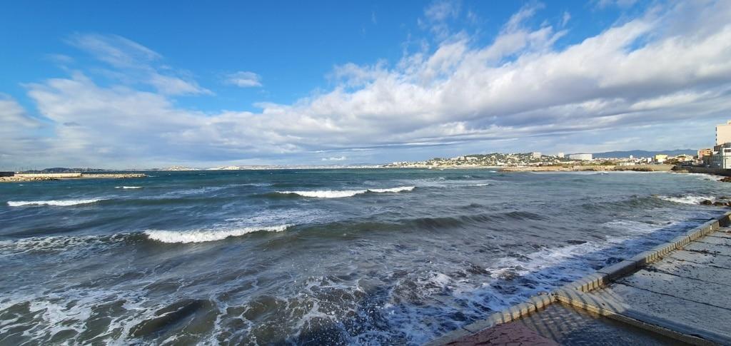 la mer méditerranée à Marseille un jour d'automne